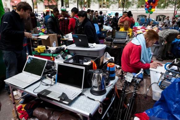 Organizados Manifestantes de 'Ocupa Wall Street', en el área de coordinación de noticias instalado en el parque Zuccotti de Nueva York. JOHN MINCHILLO (AP)