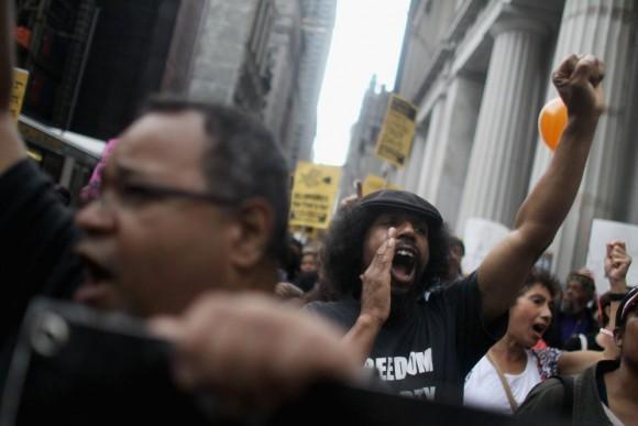 Wall Street Protest Continues In New York Un manifestante grita frente a la sede de la bolsa de Nueva York, mientras la protesta se dirige al puente de Brooklyn. MARIO TAMA (AFP)