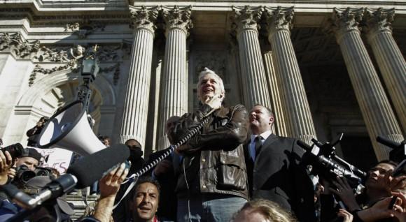 El fundador de WikiLeaks, Julian Assange, durante la manifestación de indignados en Londres. Foto: Reuters