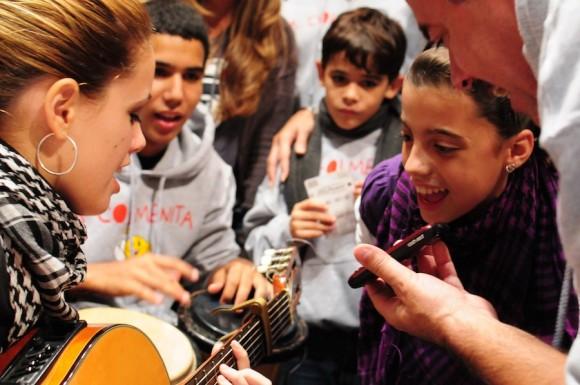 """Los niños le cantan """"El Mayor"""", de Silvio Rodríguez, a René González, quien habló con cada uno de ellos vía telefónica. Foto: Bill Hackwell"""