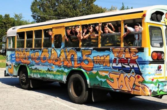 El cierre del día fue una función de La Cucarachita Martina pero antes del gran final, estudiantes del primer y segundo grado de la escuelita de Oxon bailaron flamenco y otras danzas para los niños cubanos. Foto: Bill Hackwell