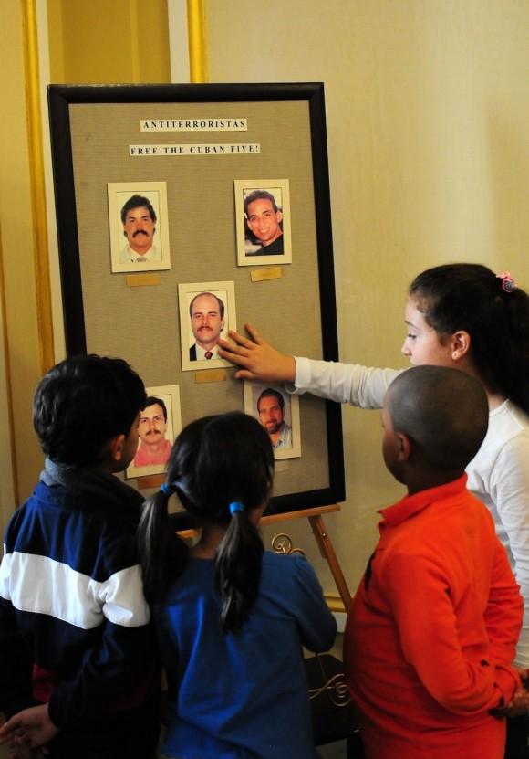 los ninos senalando las fotos de los 5 eran los ninos de los diplomaticos cubanos, jovenes que se encotraban tambien alli y los ninos de La Colmenita. Foto: Bill Hackwell