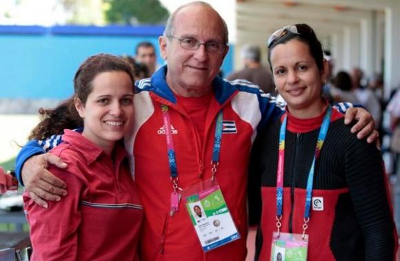 La cubana Dianelys Pérez, medalla de oro en fusil 3X20 a 50 metros, su entrenador Juan Ignacio Cruz, al centro, y Eglis Cruz, Medalla de Plata. Foto:Ismael Francisco