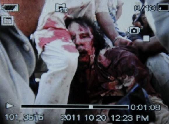Fotos divulgadas por la televisión libia en la que presuntamente se ve a Gadafi gravemente herido.