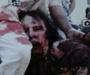 Gadafi linchado frente a una cámara