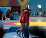 La cubana Katerine Videaux celebra con su entrenador Julio Mendieta la primera medalla de oro de Cuba en la lucha femenina de la historia de los Juegos Panamericanod