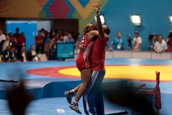 La cubana Katerine Videaux celebra con su entrenador Julio Mendieta la primera medalla de oro de Cuba en la lucha femenina de la historia de los Juegos Panamericanos  Foto: Ismael Francisco