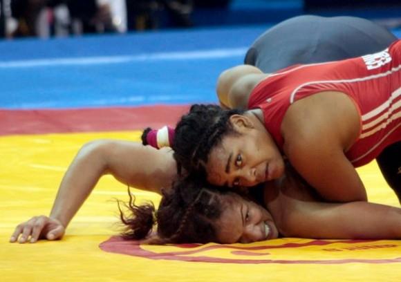 Medalla de oro para Liset Echevarriá (rojo) en los 72 kg de la lucha femenina. Foto Ismael Francisco