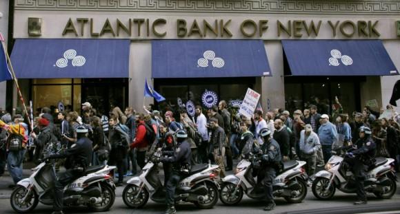 Los miembros del movimiento Occupy Wall Street han sido escoltados por la policía de Nueva York. Foto: Reuters