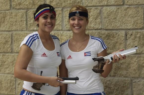 Laina Pérez (I) y Kirenia Bello, de Cuba, en Trio femenino con pistola aire de 10m de los juegos panamericanos de Guadalajara. Foto: Ismael Francisco