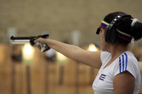 Laina Pérez, de Cuba, en Trio femenino con pistola aire de 10m de los juegos panamericanos de Guadalajara. Foto: Ismael Francisco