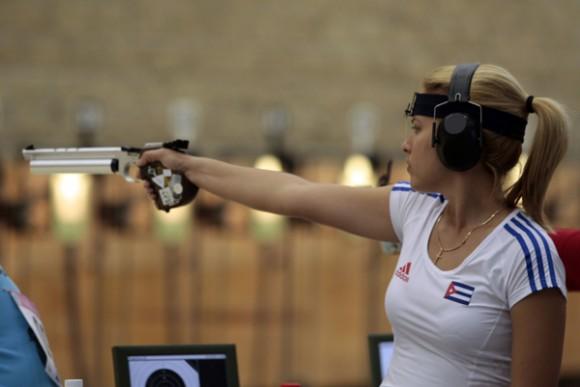 Kirenia Bello, de Cuba, en Trio femenino con pistola aire de 10m de los juegos panamericanos de Guadalajara. Foto: Ismael Francisco