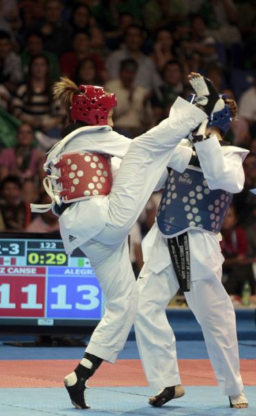 Jannet Alegria de Mex azul, quedo en bronce al perder, con Lizbeth Canseco (rojo) de Peru, en la division de los 49kg. Foto: Ismael Francisco