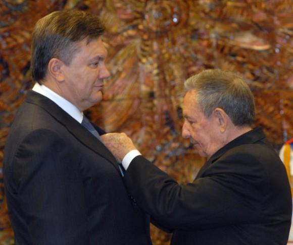 El General de Ejercito Raúl Castro Ruz, Presidente de los Consejos de Estado y de Ministros, condecoró a Viktor Feódorovich Yanukóvich, Presidente de Ucrania, con la Orden José Martí, otorgada por el Consejo de Estado el Palacio de la Revolución, en La Habana, el 21 de octubre de 2011.