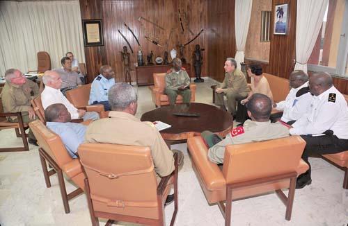 Raúl se reúne con delegación militar angolana