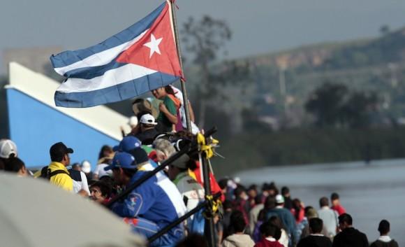 Bandera cubana en la pista de remos y canotaje de la laguna de Zapotlan, en Ciudad Guzmán, Guadalajara (México). Foto: Ismael Francisco