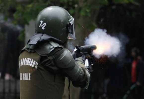 Carabineros disparan contra manifestanes. Foto: AP Photo/Roberto Candia