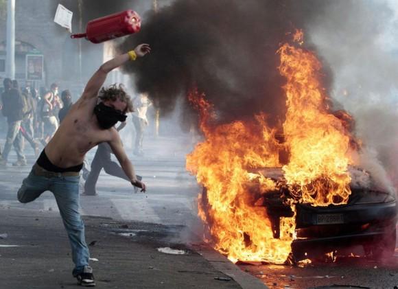 Un momento de los disturbios que se han producido esta tarde en el centro de Roma. Foto: AP