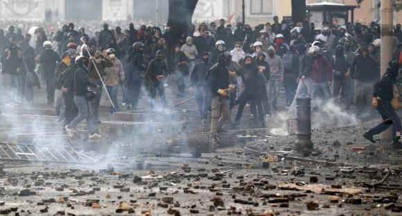 Cientos de jóvenes se enfrentan a la policía en Roma. Foto: Reuters