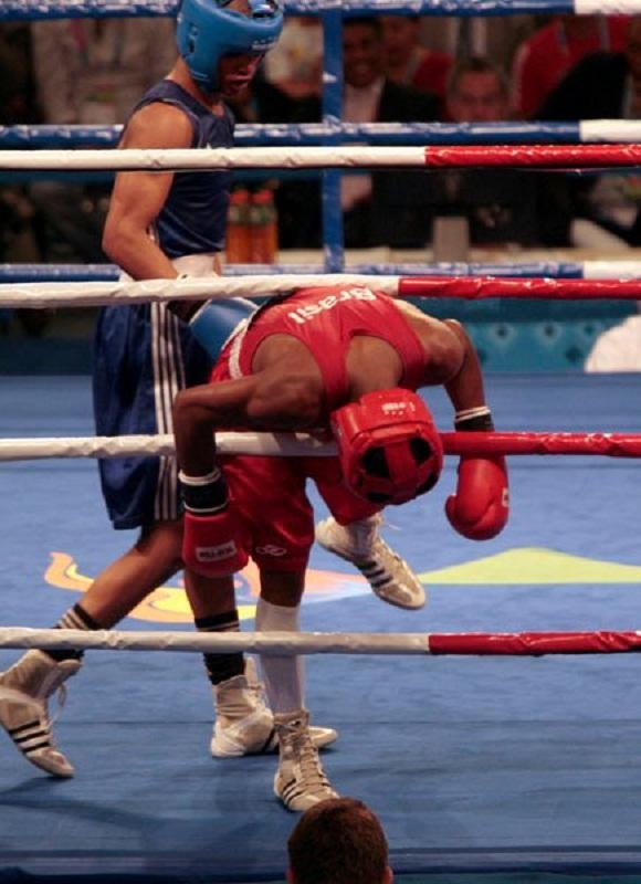 Roniel Iglesias azul gano la semifinal del boxeo en los 64 kg, su rival el Brasileño Everton Lopez casi sale entre las cuerdas Foto: Ismael Francisco