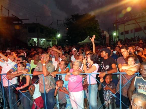 Miles de personas corearon junto a Silvio sus canciones y también las de Kelvis Ochoa. Foto. Marianela Dufflar