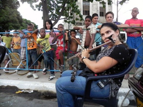 Niurka González momentos antes de iniciar el concierto hizo una demostración de su instrumento, a los niños del Canal. Foto: Marianela Dufflar