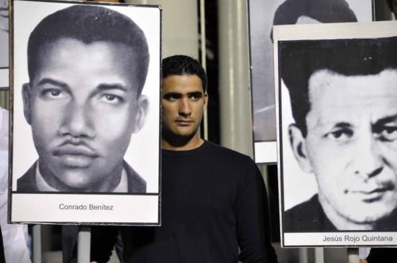 Tony Guerrero Cabrera, hijo de Antonio Guerrero, uno de los Cinco Antiterroristas Cubanos presos injustamente en cárceles de los Estados Unidos, durante la vigilia en reclamo por las victimas del terrorismo de estado, en el Monte de las Banderas de la Tribuna Antimperialista, en La Habana, Cuba el 5 de octubre de 2011. AIN FOTO/Abel ERNESTO/
