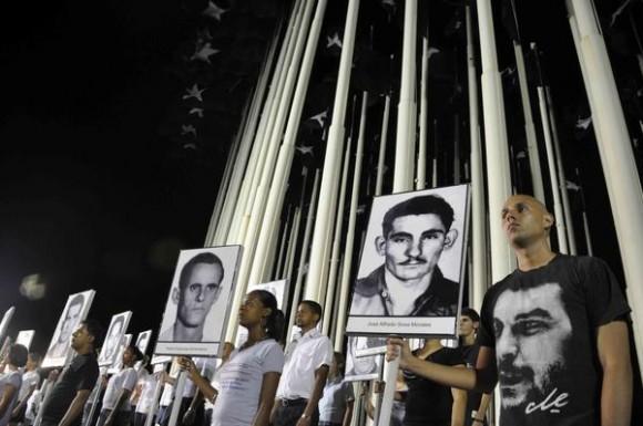 Vigilia en reclamo por las victimas del terrorismo de estado, en el Monte de las Banderas de la Tribuna Antimperialista, en La Habana, Cuba, el 5 de octubre de 2011. AIN FOTO/Abel ERNESTO/
