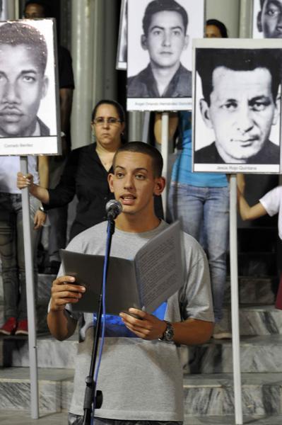 Camilo Rojo Morales, nieto de Jesús Rojo, una de las víctimas del terrorismo, pronuncia discurso, durante la vigilia en reclamo por las victimas del terrorismo de estado, en el Monte de las Banderas de la Tribuna Antimperialista, en La Habana, Cuba el 5 de octubre de 2011. AIN FOTO/Abel ERNESTO/