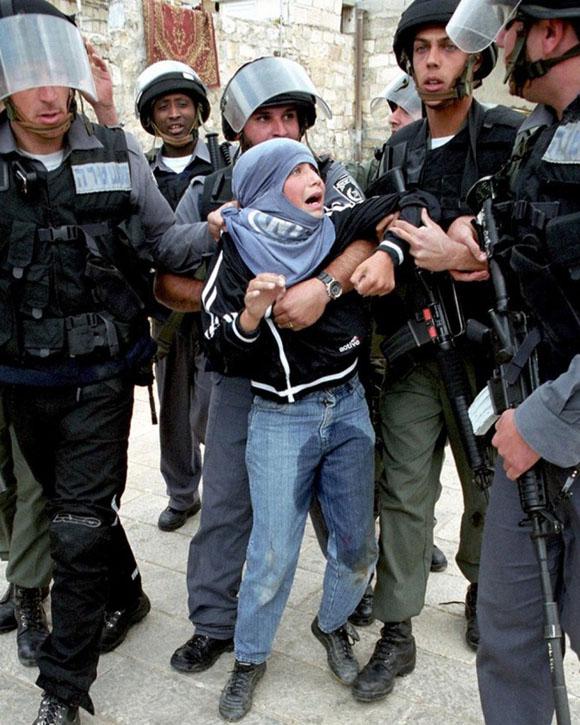 Octubre de 2001. Un grupo de soldados de la IDF retiene a un joven palestino después de la oración del viernes en la parte vieja de Jerusalén. El miedo atenaza al chico, que no ha podido evitar orinarse encima.