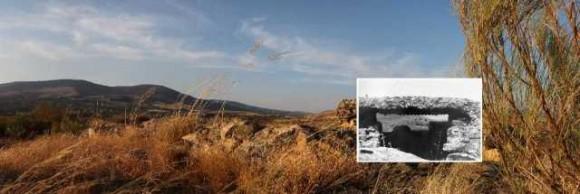 Vista de la Peña del Alemán con un nido de ametralladora y las trincheras. Fotografía original: aprox. 1987