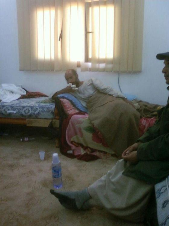 Una imagen tomada de la televisión libia AHRAR que muestra a Saif al Islam detenido.