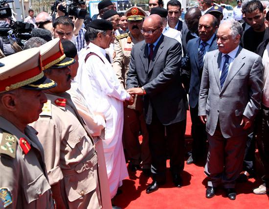 El presidente de Sudáfrica, Jacob Zuma (centro-derecha) y el primer ministro libio Baghdadi al-Mahmudi (de frente a la derecha) al llegar a Trípoli) (Fuente: EFE/STR)