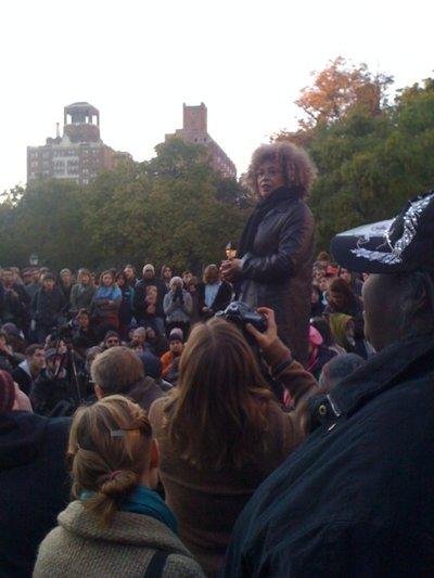 Angela Davis visita a Occupy Washington Square Park y Occupy Wall Street, en Nueva York