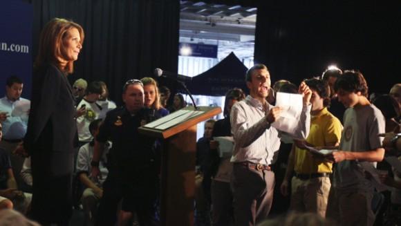 La candidata presidencial republicana Michele Bachmann, del Tea Party, en una cuando manifestantes de Occupy Wall Street interrumpieron su discurso de política exterior en el USS Yorktown en Mt. Pleasant, SC, cerca de Charleston, el jueves, 10 de noviembre de 2011. (Foto: AP)