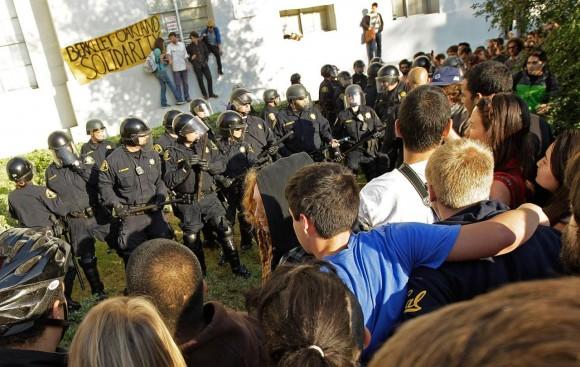 La policía agrede a los estudiantes de la Universidad de Berkeley. Foto: AP