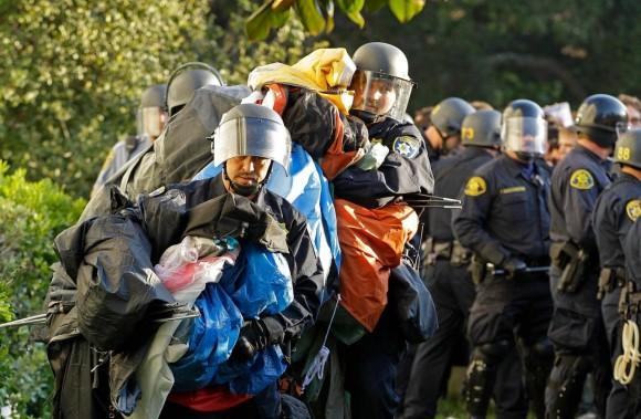 La policía desaloja a los estudiantes de la Universidad de Berkeley. Foto: AP