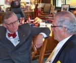 El Jefe de la Oficina de Intereses de Cuba en Washington, Jorge Bolaños (D), conversa con el rector de la Ohio State University, E. Gordon Gee.