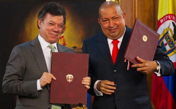 Juan Manuel Santos y Hugo Chávez en Caracas este lunes. Foto: Carlos García Rawlings / Reuters