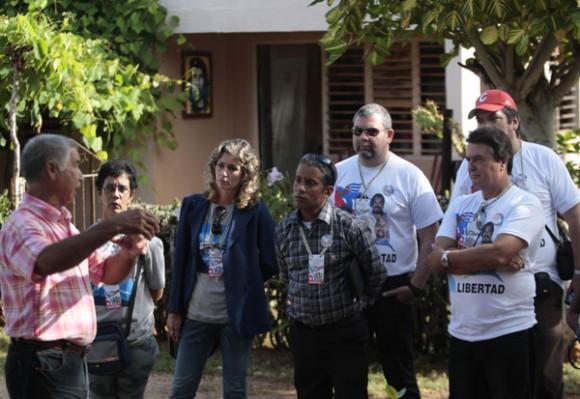 Carlos Escalante Gomez le narra a los visitantes y delegados al coloquio internacional contra el terrorismo y por la liberacion de los 5 cubanos presos en carceles nortemaericanas en Boca de Sama Holguin.