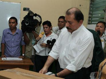 Daniel Ortega vota en las elecciones nicaragüenses del 6 de noviembre de 2011