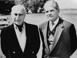Fangio, el quíntuple campeón de la Fórmula 1, junto a uno de sus secuestradores, Arnold Rodríguez, en 1992. Ambos conservaron una gran amistad que sólo truncó la muerte del piloto (el 17 de julio de 1995). Foto: archivo de La Nación