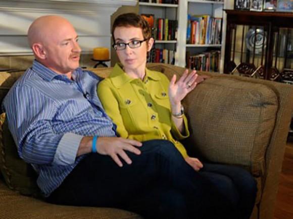 Durante el reportaje, Giffords, de 41 años, aparece con gafas y el pelo algo más largo. La acompañó su esposo, Mark Kelly, ex astronauta de la NASA.