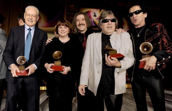 De izquierda a derecha, Ray Santos, Linda Ronstadt, el presidente del Consejo Directivo de la Academia Latina de la Grabación Luis Cobos, José Feliciano y Alex Lora posan tras la ceremonia de entrega de los premios especiales del Latin Grammy, el miércoles 9 de noviembre del 2011 en Las Vegas.