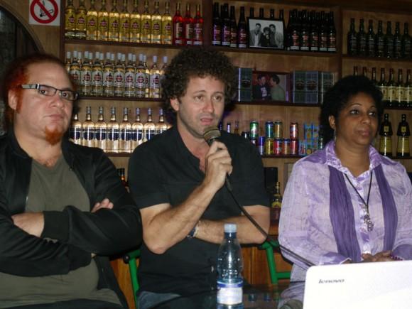 Kelvis Ochoa, Raúl Paz y Dagma Francia, Gerente de Comunicación de Bis Music, sello discográfico de ARTex. Foto Marianela Dufflar