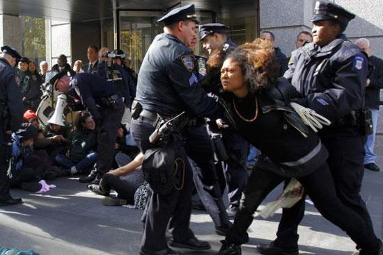 Mujer arrestada por la policía en Occupy Wall Street este jueves junto a 15 personas más. Foto: AP