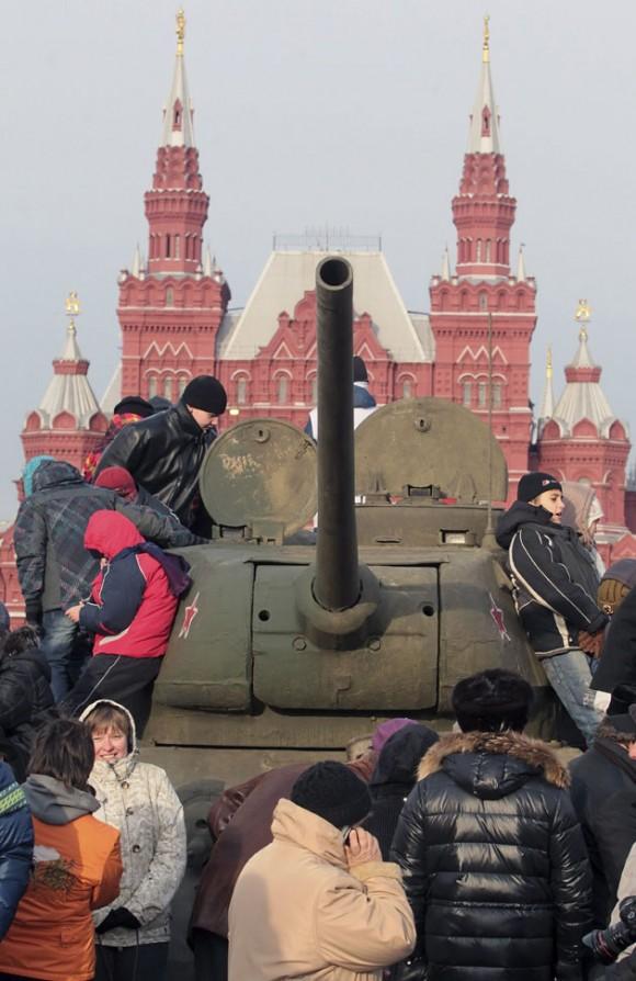 Varias personas subidas en un tanque T-34 soviético de la II Guerra Mundial tras un desfile militar celebrado en la Plaza Roja de Moscú (Rusia) hoy, lunes 7 de noviembre de 2011. El desfile conmemora el 70º aniversario del histórico desfile de 1941 cuando el ejército soviético cruzó por la plaza mientras se dirigía al frente durante la II Guerra Mundial. EFE/Sergei Ilnitsky