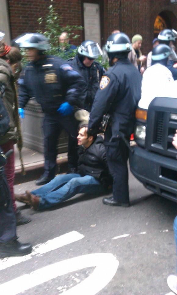 Keith Gessen, editor de la revista N +1, tirado al suelo por la policía. Foto: Twitter