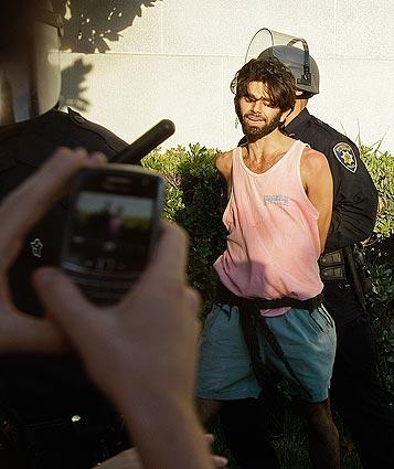 Un joven detenido. Foto: Los Angeles Times