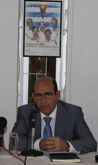 El Embajador cubano en este país, Luis Prado García, ofreció en la sede de la Embajada cubana en Atenas, durante una Conferencia de Prensa